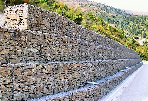 mur en cailloux dans grillage elegant les gabions murs de soutnement forms de gabions de. Black Bedroom Furniture Sets. Home Design Ideas